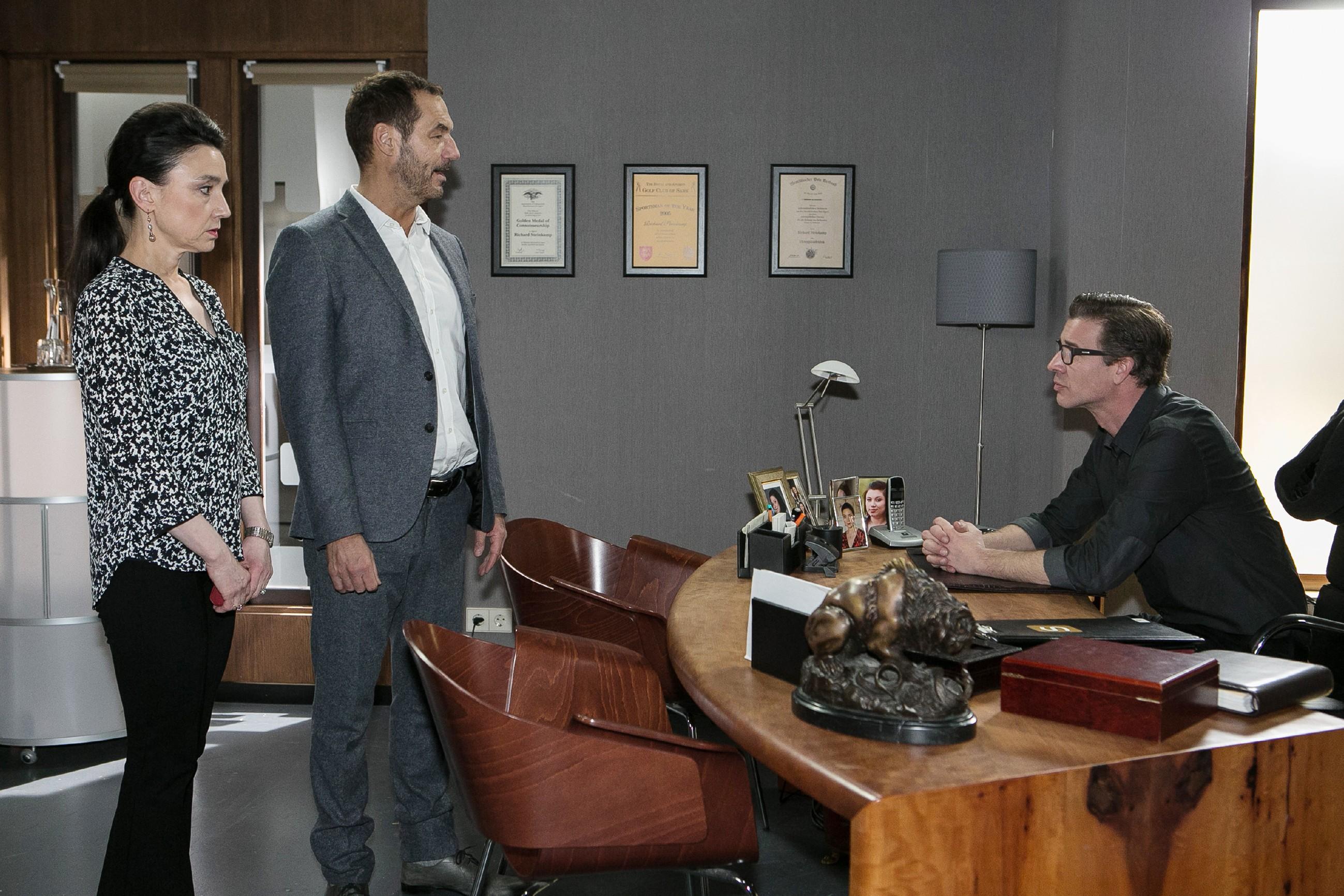 Christoph (Lars Korten, r.) kehrt in die Firma zurück und macht Simone (Tatjana Clasing) und Richard (Silvan-Pierre Leirich) eine heftige Ansage. (Quelle: RTL / Kai Schulz)