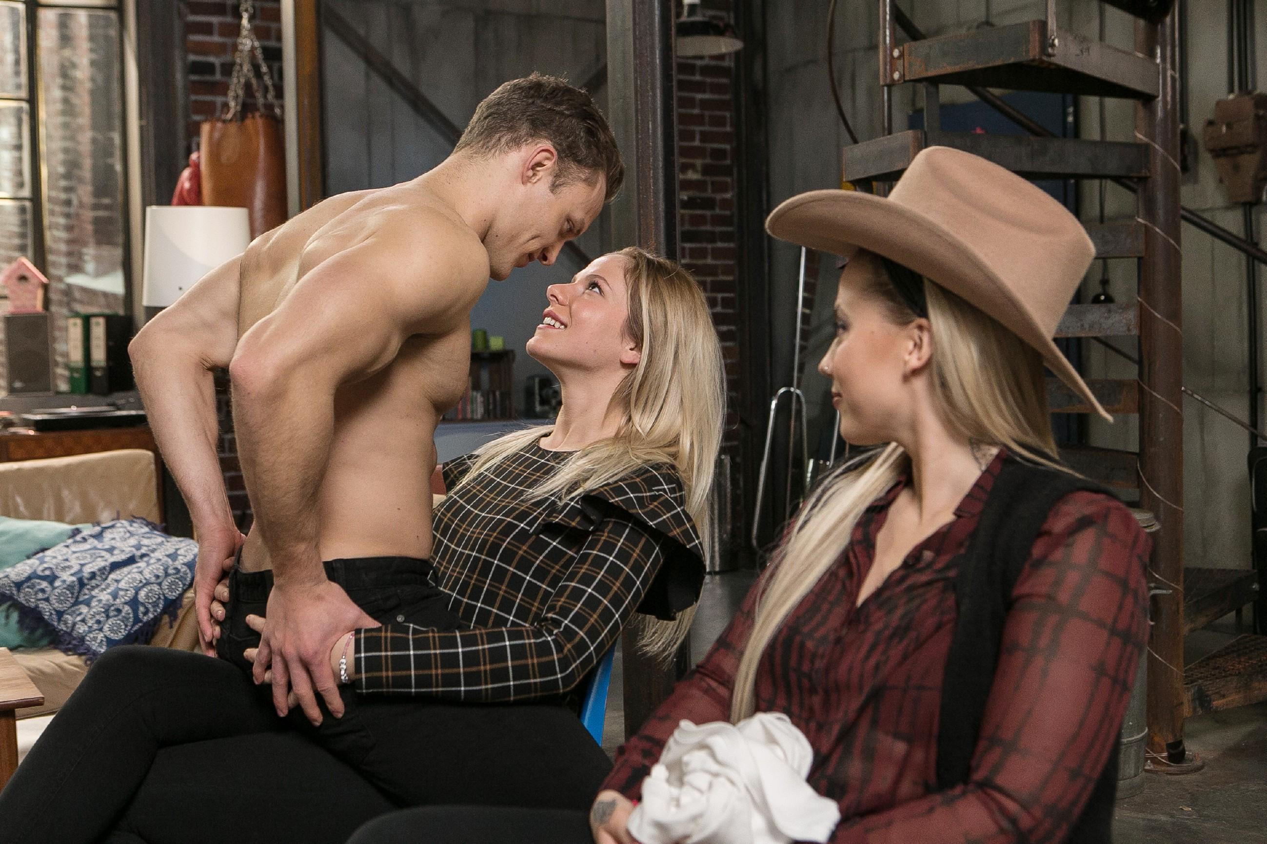 Als Tim (Robert Maaser) vor Marie (Cheyenne Pahde, M.) und Iva (Christina Klein) einen Probestrip hinlegt, muss Marie sich eingestehen, dass sie sich in Tim verknallt hat... (Quelle: RTL / Kai Schulz)