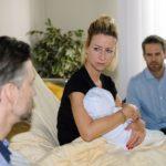 Ute (Isabell Hertel) hat kurzerhand beschlossen, Till (Ben Ruedinger, r.) als Vater der kleinen Maja eintragen zu lassen und stößt Malte (Stefan Bockelmann) damit vor den Kopf. Gleichzeitig erfahren sie von Utes Ärztin, dass Maja keine Trisomie hat... (Quelle: RTL / Stefan Behrens)