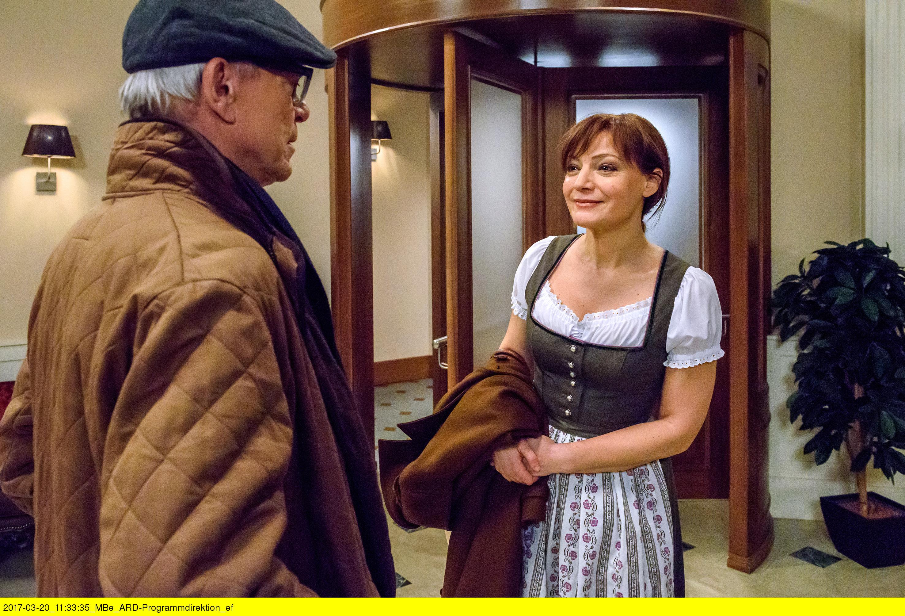 ARD STURM DER LIEBE FOLGE 2679, am Mittwoch (03.05.17) um 15:10 Uhr im ERSTEN. Werner (Dirk Galuba, l.) ist nicht begeistert davon, dass Susan (Marion Mitterhammer, r.) im Bräustüberl als Kellnerin arbeiten will. (Quelle: ARD/Christof Anrold)