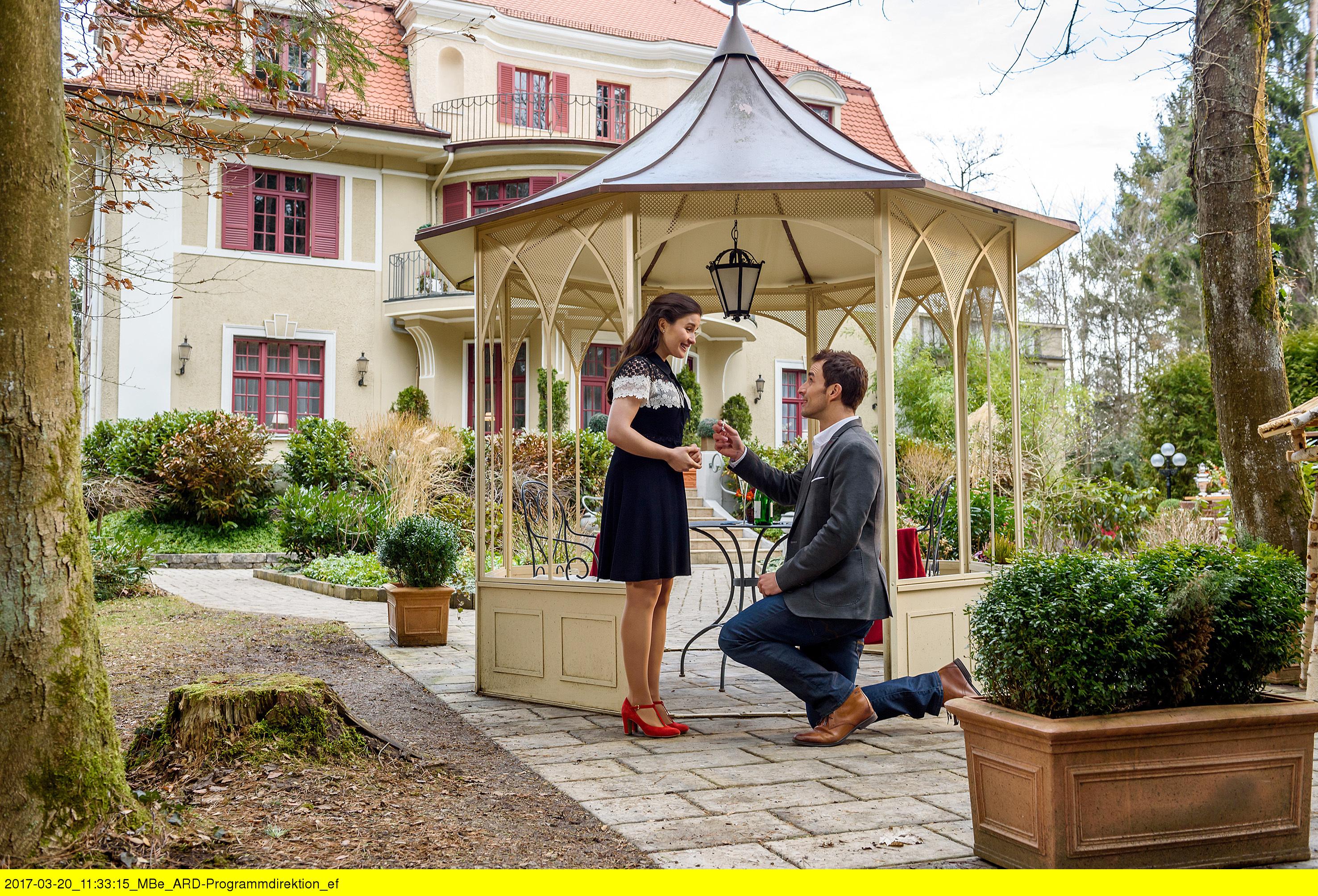 ARD STURM DER LIEBE FOLGE 2681, am Freitag (05.05.17) um 15:10 Uhr im ERSTEN. Adrian (Max Alberti, r.) macht Clara (Jeannine Wacker, l.) einen Heiratsantrag. (Quelle: ARD/Christof Arnold)