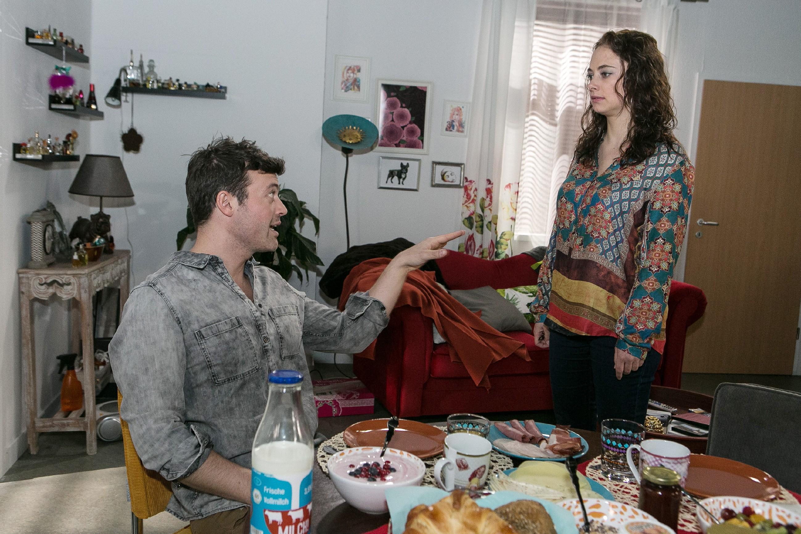 Carmen (Heike Warmuth) ist erleichtert, als Ben (Jörg Rohde) ihre Unruhe auf die bevorstehende Hochzeit schiebt.