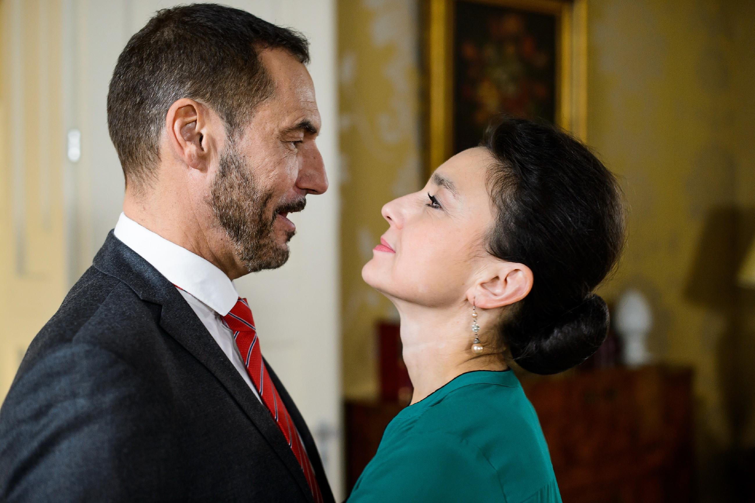 Simone (Tatjana Clasing) und Richard (Silvan-Pierre Leirich) fühlen sich durch Jenny und Deniz an ihren eigenen steinigen Weg erinnert.