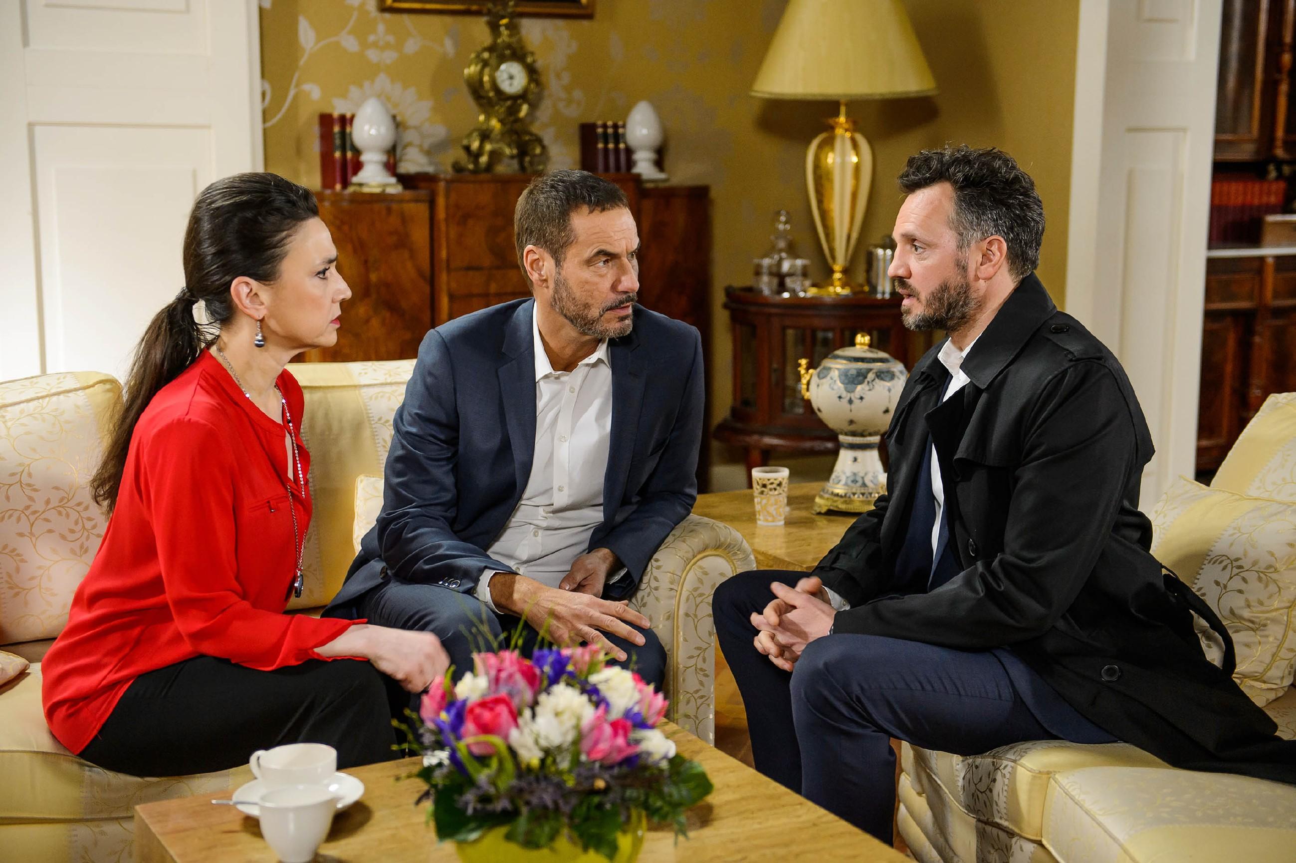 Als Simone (Tatjana Clasing) und Richard (Silvan-Pierre Leirich, M.) von Kriminalrat Burger (Roland Silbernagl) befragt werden, ist Richard hin- und hergerissen, ob er Maximilian verraten oder sich mit ihm treffen soll.