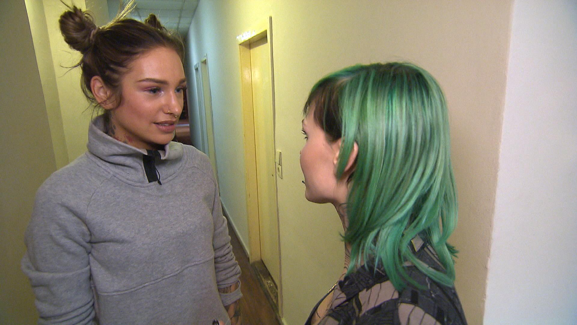 Milla (li.) will Eule bei ihrer Bandprobe helfen. (Quelle: RTL 2)