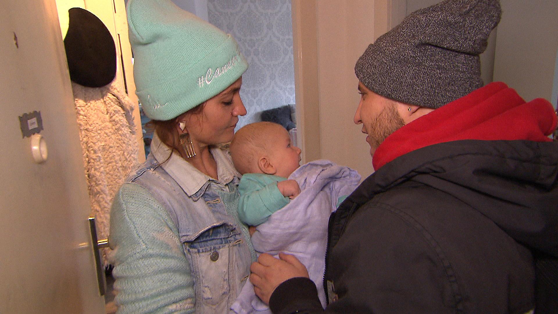 Krätze (re.) gerät mit Claudia (li.) aneinander, die nicht will, dass Krätze Ben mit zur Arbeit nimmt. (Quelle: RTL 2)