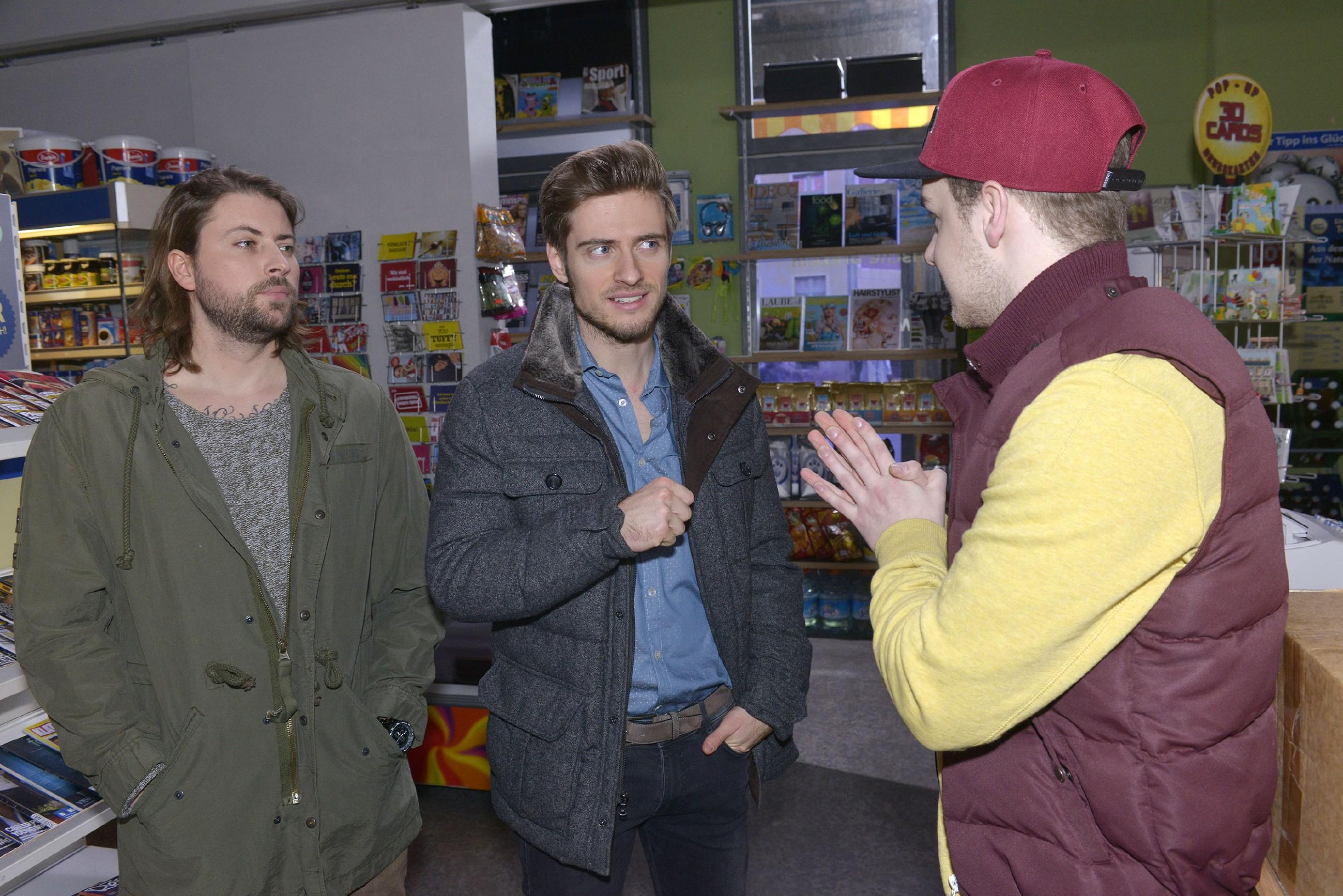 Jonas (Felix van Deventer, r.) sieht Licht am Horizont, als sich Philip (Jörn Schlönvoigt, M.) und John (Felix von Jascheroff) für den Roller interessieren.