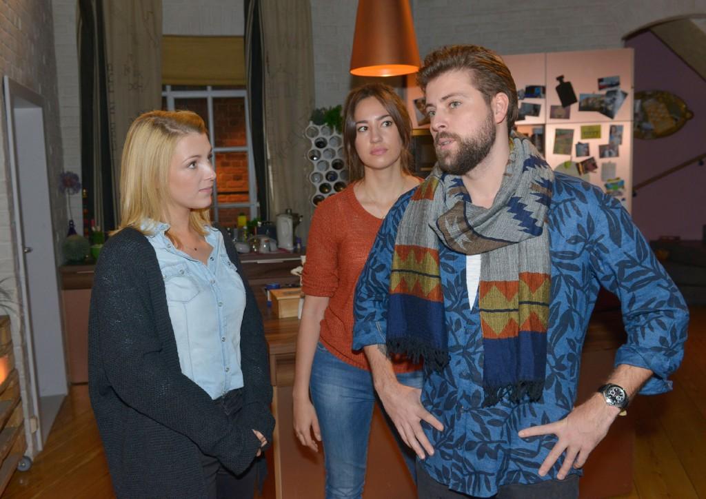 Elena (Elena Garcia Gerlach, M.) muss akzeptieren, dass sich John (Felix von Jascheroff) bei Lilly (Iris Mareike Steen) für Philip einsetzt.