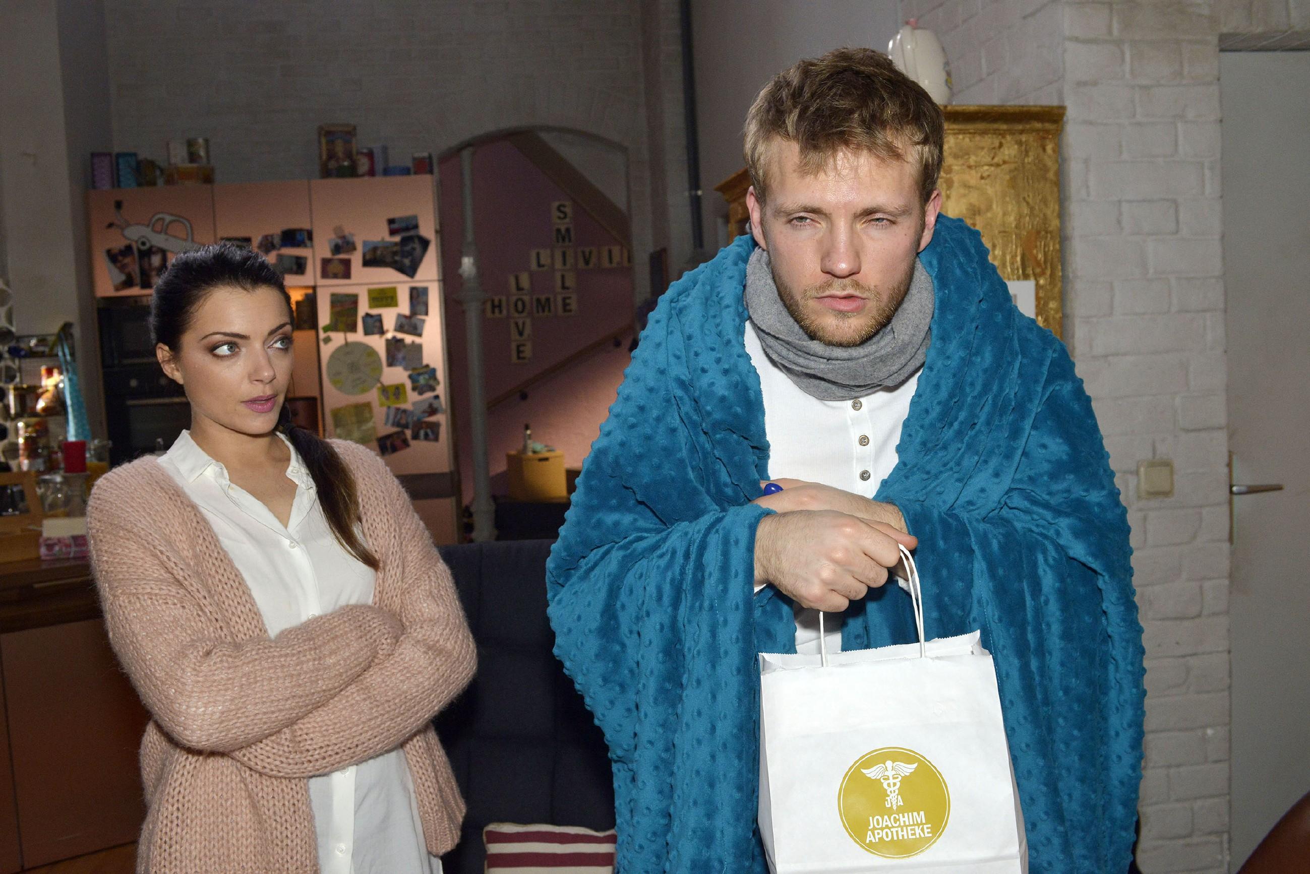 Emily (Anne Menden) wirft ihren Vorsatz, Abstand zu dem erkrankten Paul (Niklas Osterloh) zu halten, um sich nicht anzustecken, über Bord...