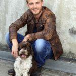 Niklas Osterloh spielt Paul Wiedmann und sein Hund Herrmann