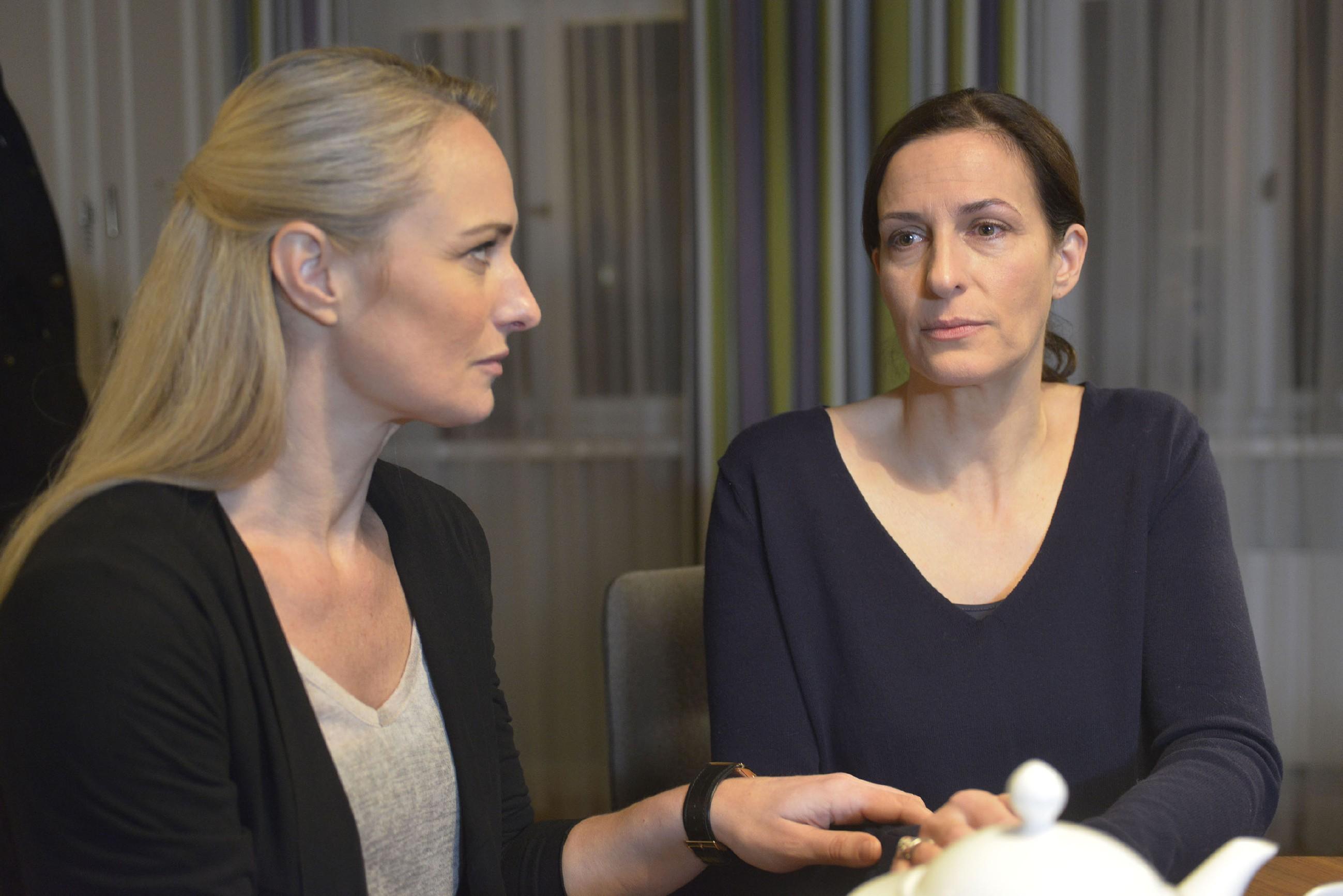Als Katrin (Ulrike Frank, r.) bei ihrem Versuch, Tills Zimmer zu räumen, von der Trauer übermannt wird, ist Maren (Eva Mona Rodekirchen) sofort da, um sie aufzufangen.