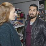 Mesut (Mustafa Alin) gerät in Bedrängnis, als Emma (Claudia Lorentz) unerwartet im Spätkauf auftaucht und ihn hinterm Tresen erwischt. Um nicht aufzufliegen, redet er sich um Kopf und Kragen...
