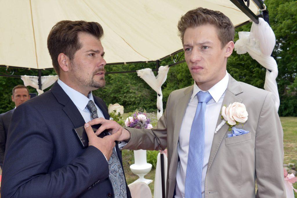 Leon (Daniel Fehlow, l.) realisiert, dass Bräutigam Vince (Vincent Krüger) vergeblich auf seine Braut wartet...