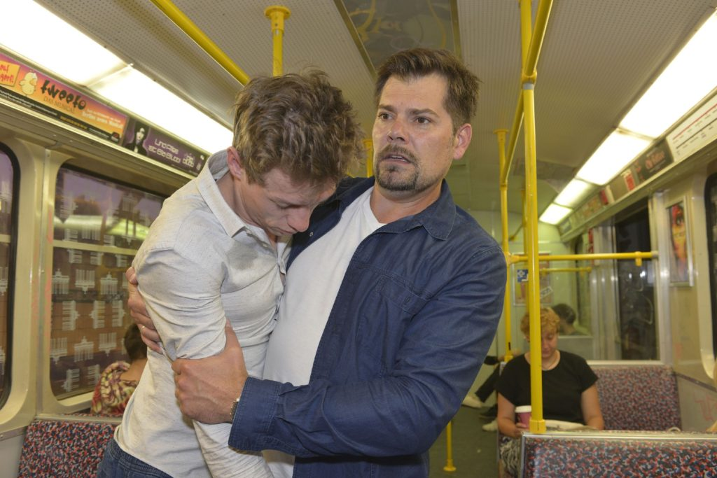 Leon (Daniel Fehlow, r.) ist geschockt, als er in der Bahn den bewusstlosen Vince (Vincent Krüger) findet...