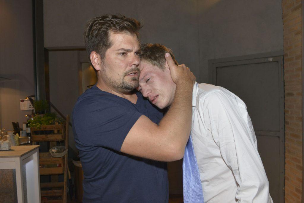 Als Vince (Vincent Krüger, r.) in seinen Armen zusammenbricht, muss Leon (Daniel Fehlow) sich fragen, ob er Vince' Probleme unterschätzt hat und sein Sohn ihm nun endgültig entgleitet...