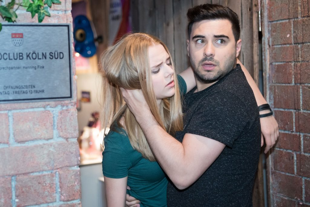 Die verletzte Fiona (Olivia Burkhart) lässt sich von Easy (Lars Steinhöfel) helfen, doch sie vertraut ihm nicht an, dass Benedikt ihren Sturz verursacht hat.