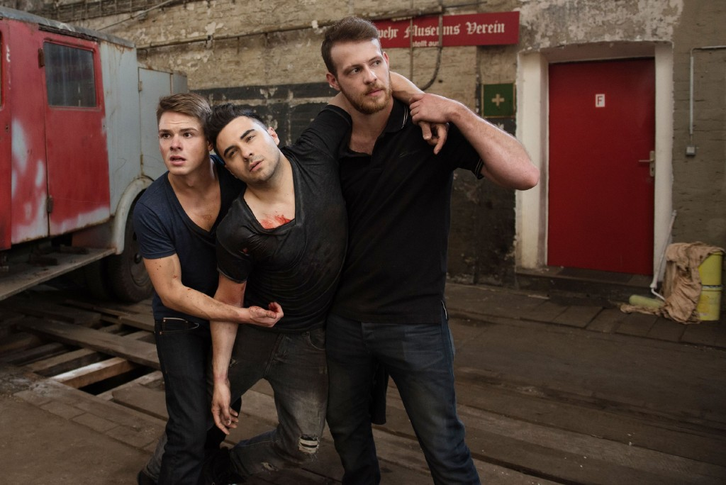 Moritz (Marvin Linke, l.) und Tobias (Patrick Müller, r.) finden den verletzten Easy (Lars Steinhöfel) und bringen ihn in Sicherheit.
