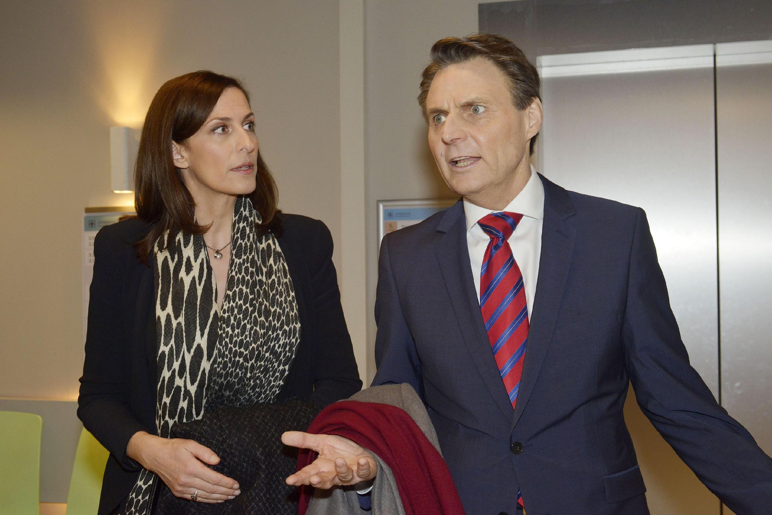 Katrin (Ulrike Frank) und Gerner (Wolfgang Bahro) sind erschüttert, dass ihre Tochter abhauen wollte und sich in Lebensgefahr gebracht hat. (Quelle: RTL / Rolf Baumgartner)