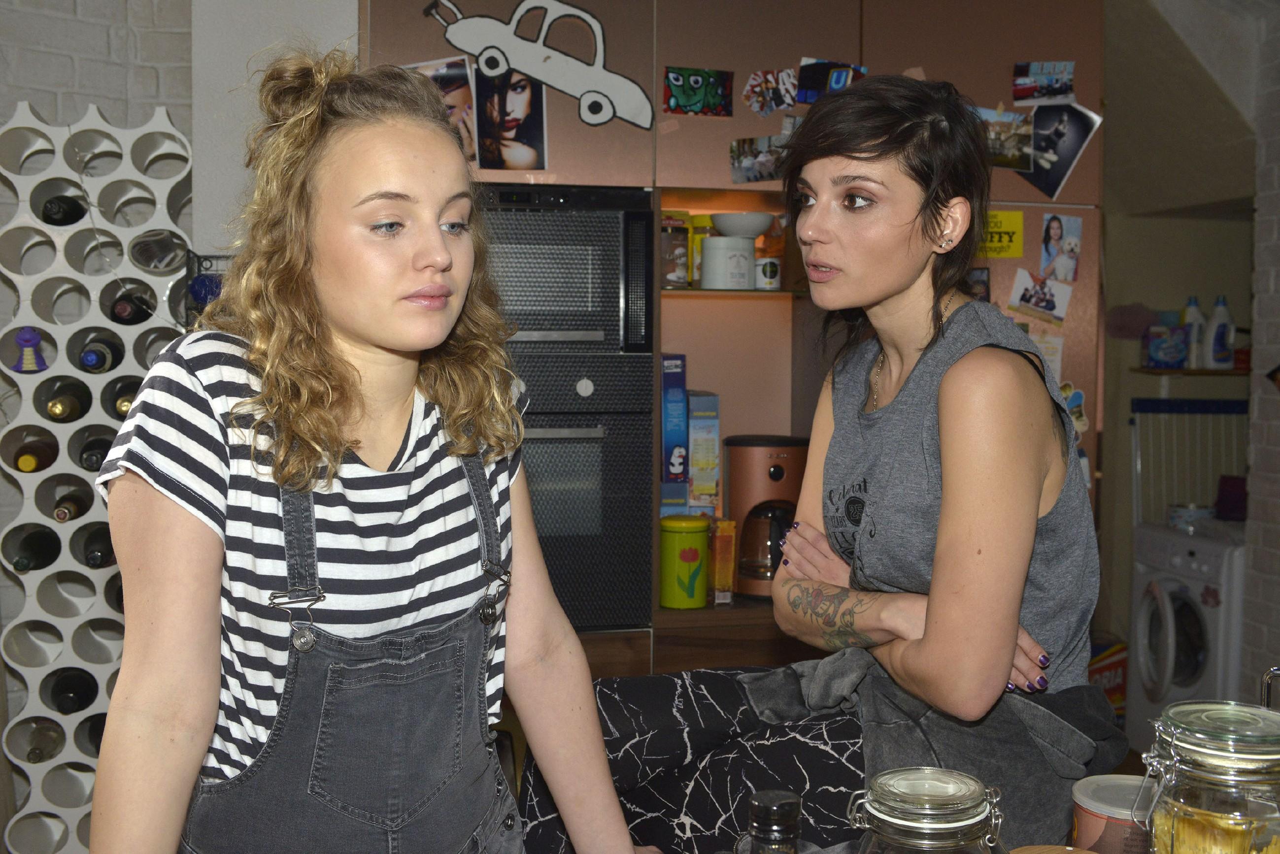 Jule (Luise Finckh, l.) erkennt im Gespräch mit Anni (Linda Marlen Runge), dass es mit ihr und Tuner so nicht weitergehen kann. (Quelle: RTL / Rolf Baumgartner)