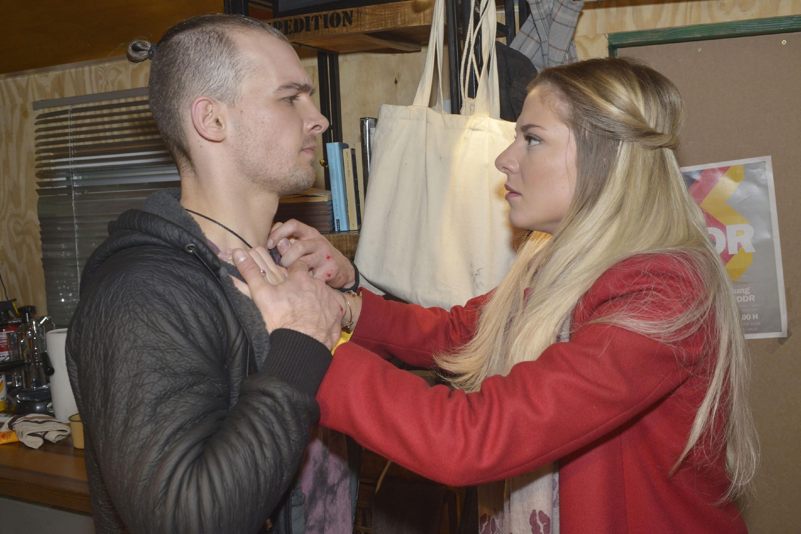 Sunny (Valentina Pahde) macht Chris (Eric Stehfest) nach dessen Liebesgeständnis klar, dass sie endlich von ihm in Ruhe gelassen werden will... (Quelle: RTL / Rolf Baumgartner)