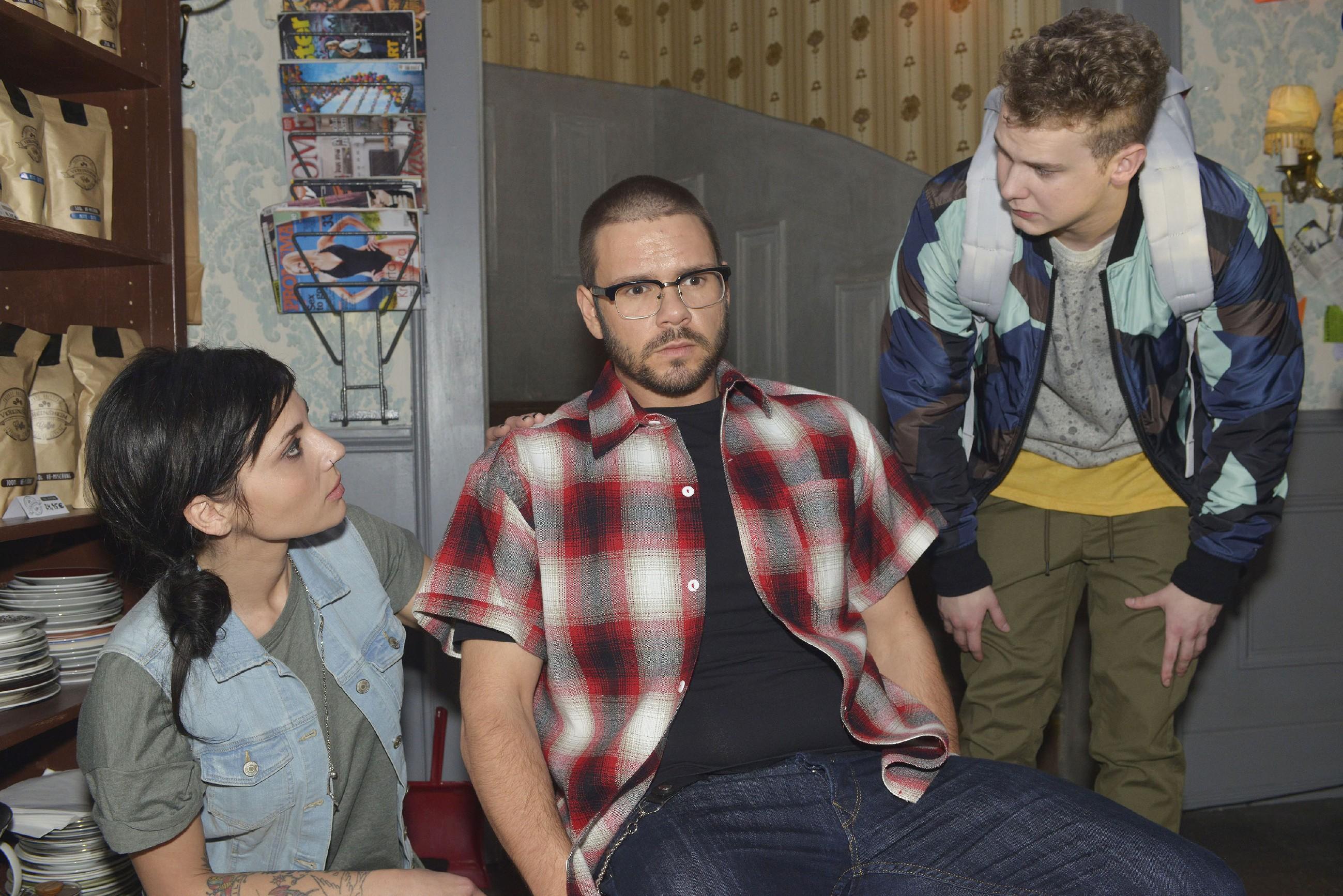 Anni (Linda Marlen Runge) und Jonas (Felix van Deventer, r.) packt die Angst, als es Tuner (Thomas Drechsel) plötzlich schlecht geht... (Quelle: RTL / Rolf Baumgartner)