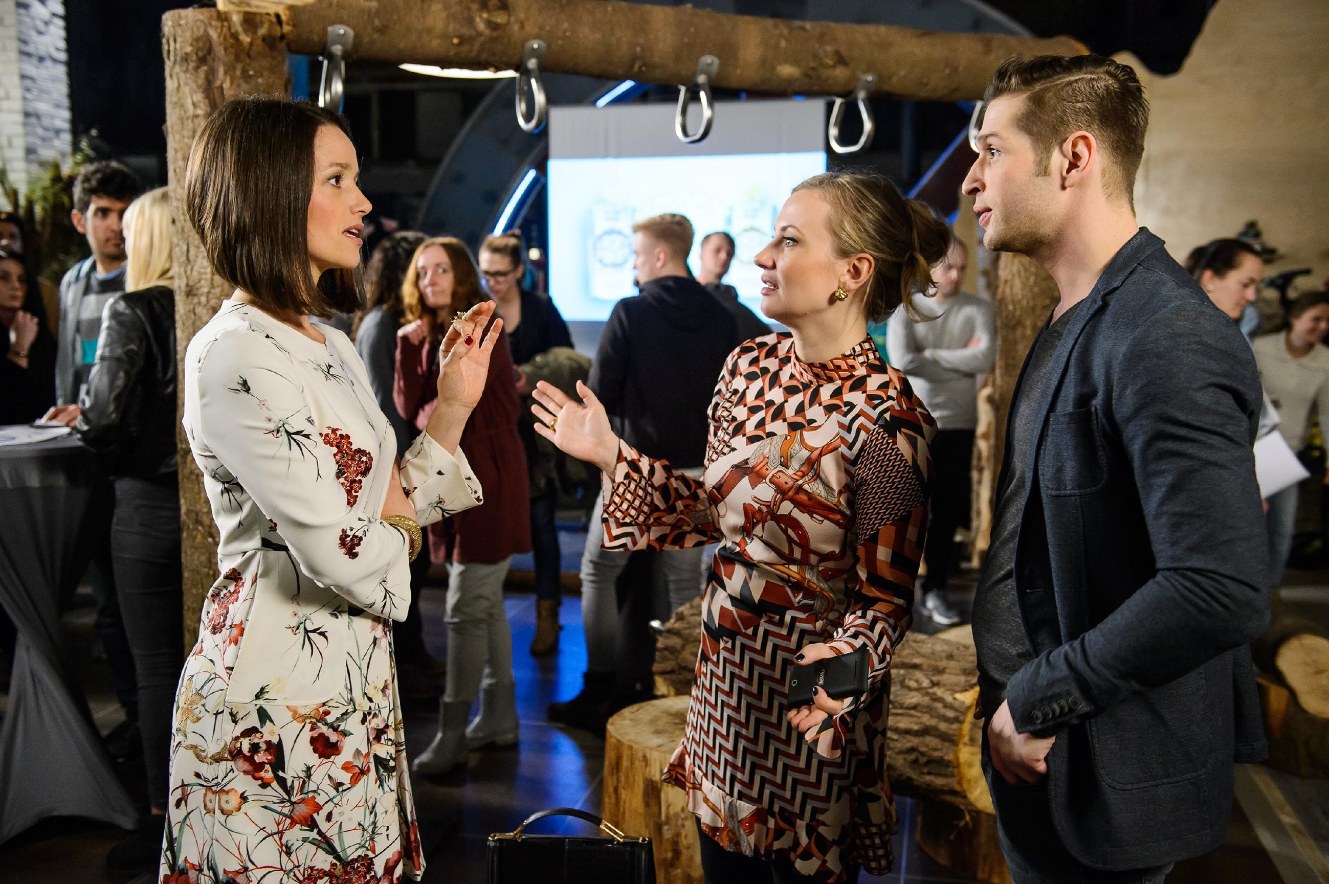Jenny (Kaja Schmidt-Tychsen, l.), Isabelle (Ania Niedieck, M.) und Deniz (Igor Dolgatschew) fragen sich, wo Tim steckt. (Quelle: RTL / Willi Weber)