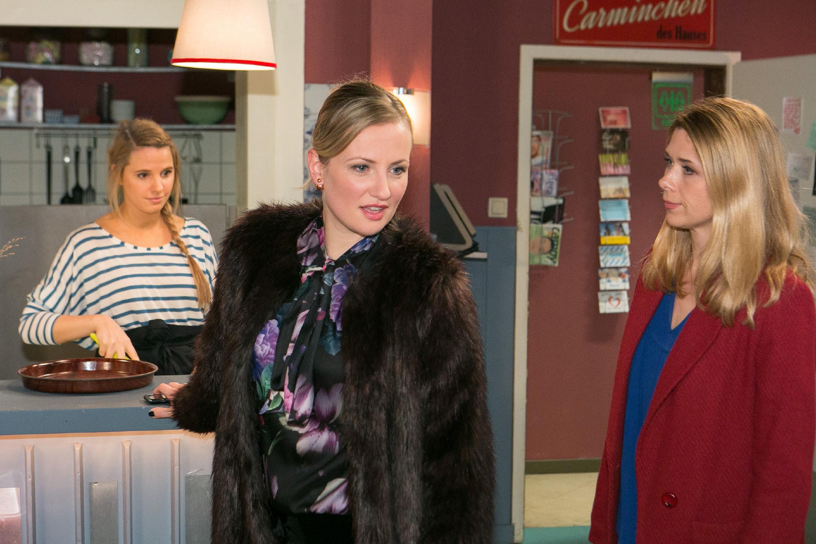 Diana (Tanja Szewczenko, r.) stellt in Gegenwart von Isabelle (Ania Niedieck, M.) einen Zusammenhang zwischen Tims und Maries Verschwinden her. (Quelle: RTL / Kai Schulz)