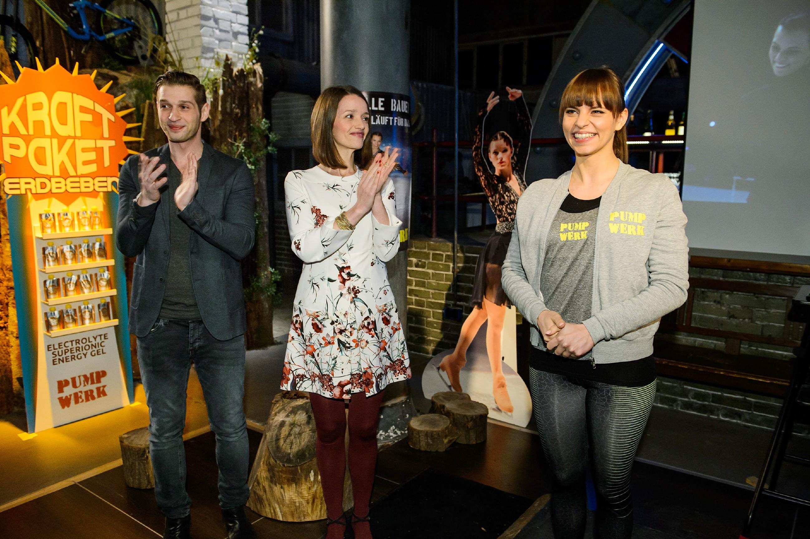 Michelle (Franziska Benz, r.) bringt die Presse bei Deniz' (Igor Dolgatschew) und Jennys (Kaja Schmidt-Tychsen) Präsentation der neuen Kraftpakete versehentlich auf die falsche Fährte. (Quelle: RTL / Willi Weber)