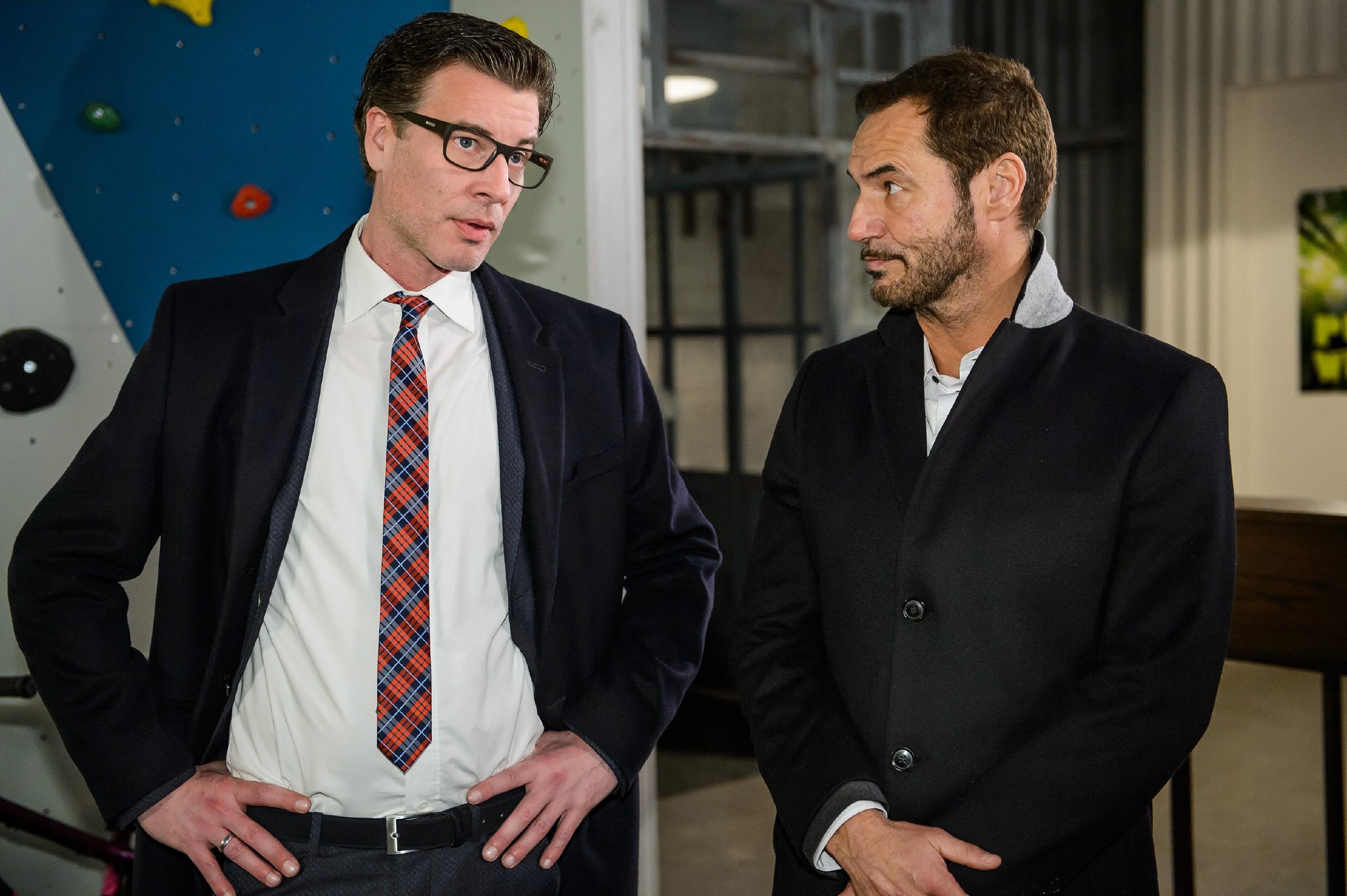 Richard (Silvan-Pierre Leirich, r.) und Christoph (Lars Korten) müssen frustriert mitansehen, wie das Konkurrenzprodukt bejubelt wird. (Quelle: RTL / Willi Weber)