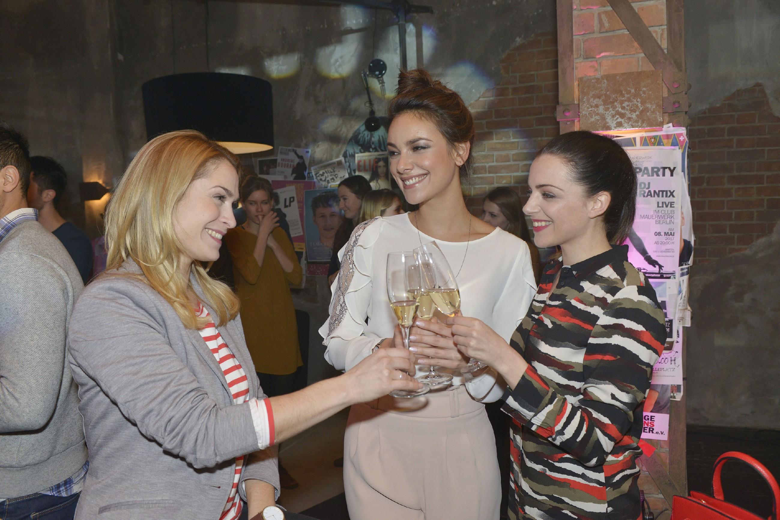 Sophie (Lea Marlen Woitack, l.), Jasmin (Janina Uhse, M.) und Emily (Anne Menden) freuen sich auf eine tolle Party im Mauerwerk. (Quelle: RTL / Rolf Baumgartner)