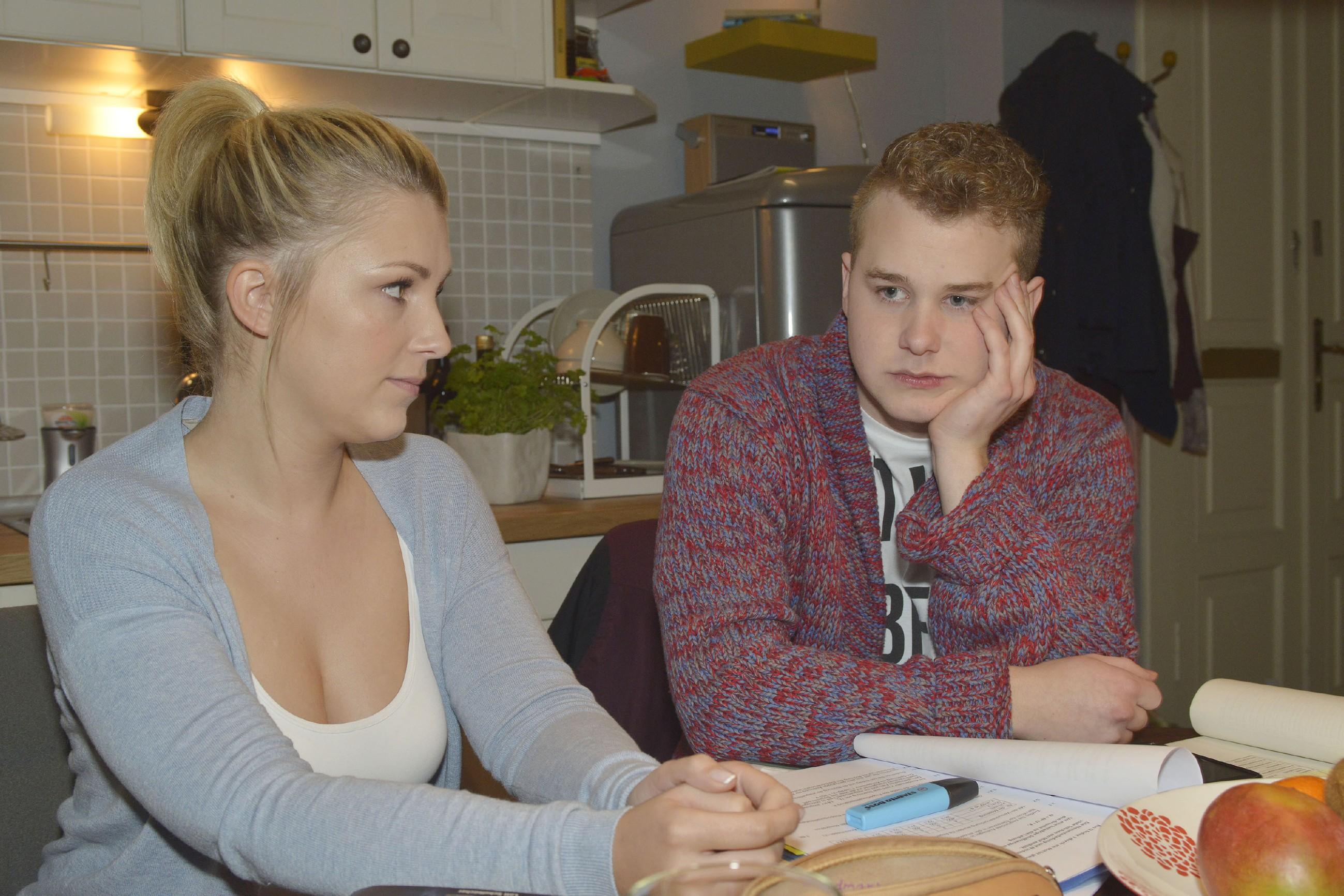Obwohl er versprochen hat, mit Lilly (Iris Mareike Steen) den relevanten Stoff für die Abiprüfung noch mal durchzugehen, erkennt diese, dass Jonas (Felix van Deventer) mit den Gedanken ganz woanders ist. (Quelle: RTL / Rolf Baumgartner)