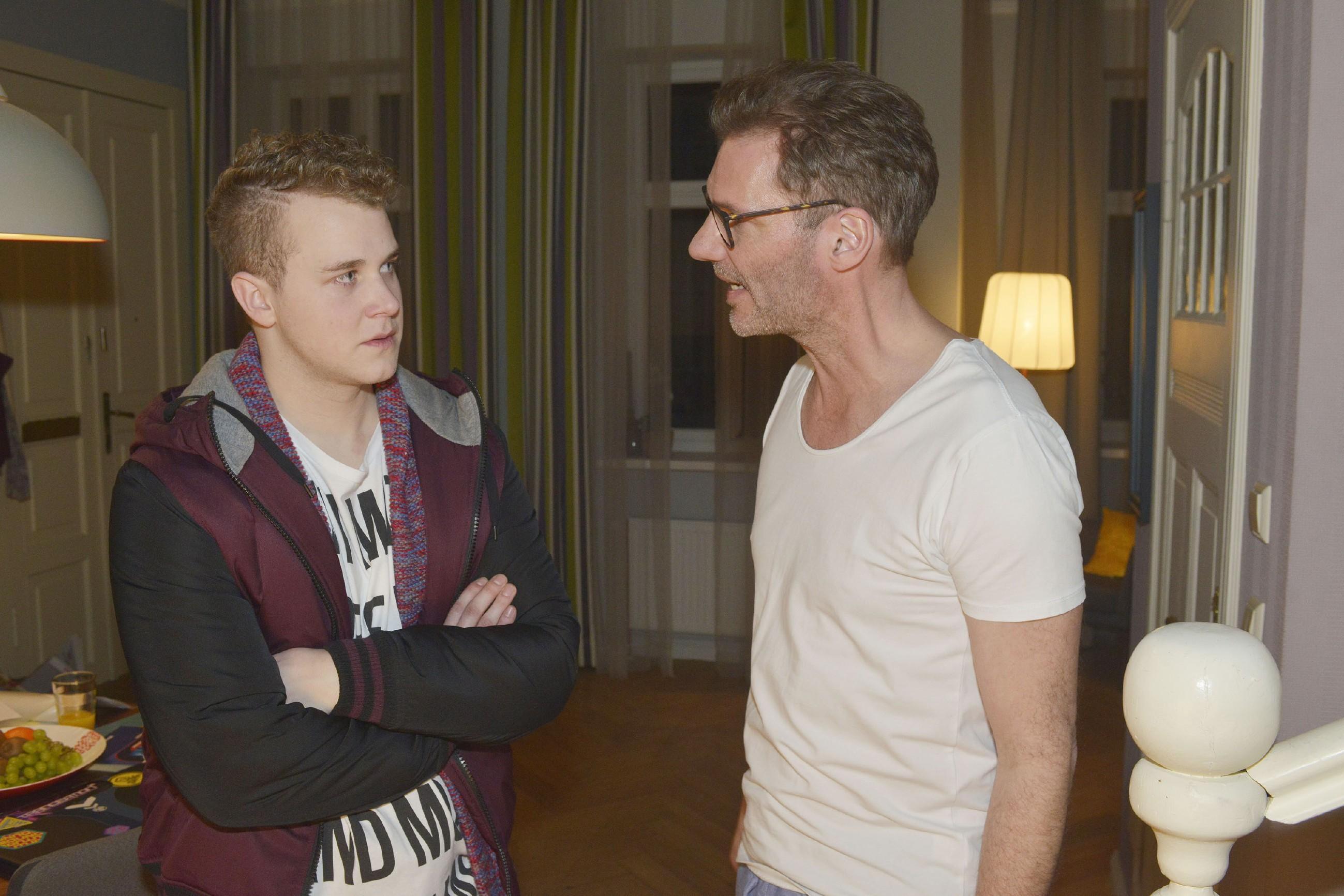 Alexander (Clemens Löhr, r.) ist sauer auf Jonas (Felix van Deventer), weil der sich nicht auf sein Abi vorbereitet. (Quelle: RTL / Rolf Baumgartner)