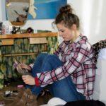 Elli (Nora Koppen) will Pacos Erklärungen nicht länger hören und verschanzt sich verzweifelt in KayCs Zimmer... (Quelle: RTL / Stefan Behrens)