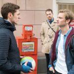 Valentin (Aaron Koszuta, r.) wehrt sich im Beisein von Tobias (Patrick Müller, M.) entschieden gegen Ringos (Timothy Boldt) Vorwurf, homophob zu sein. (Quelle: RTL / Stefan Behrens)