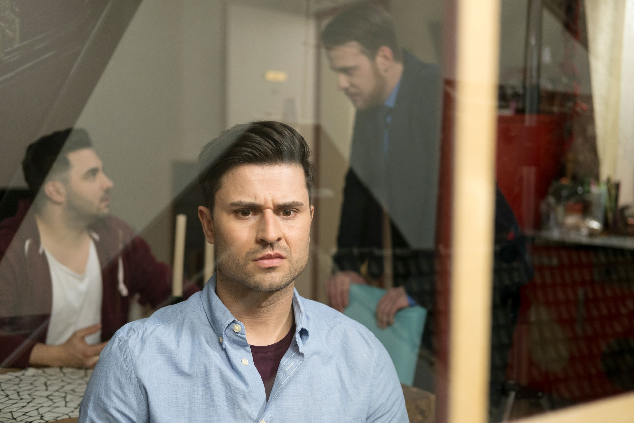 Paco (Milos Vukovic, vorne) leidet unter der Trennung von Elli (im Hintergrund l. Lars Steinhöfel als Easy, Patrick Müller als Tobias). (Quelle: RTL / Stefan Behrens)