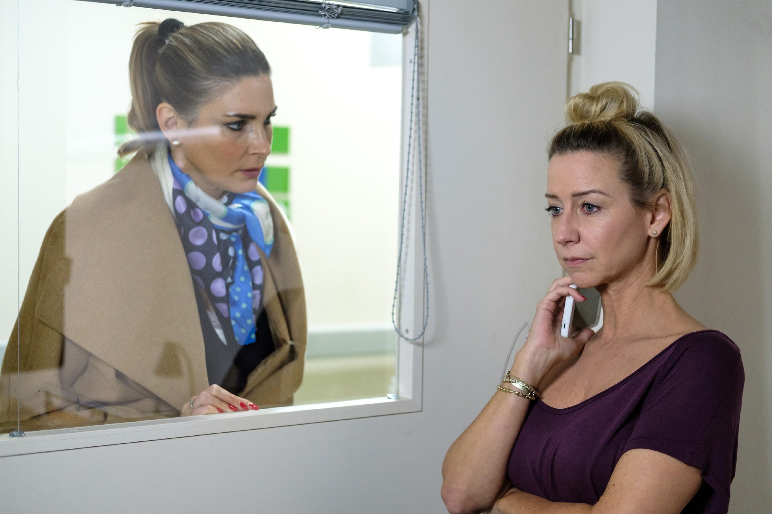 Eva (Claudelle Deckert, l.) versucht Ute (Isabell Hertel) davon zu überzeugen, dass Baby Maja in ihrer gewohnten Umgebung bleiben sollte. (Quelle: RTL / Stefan Behrens)
