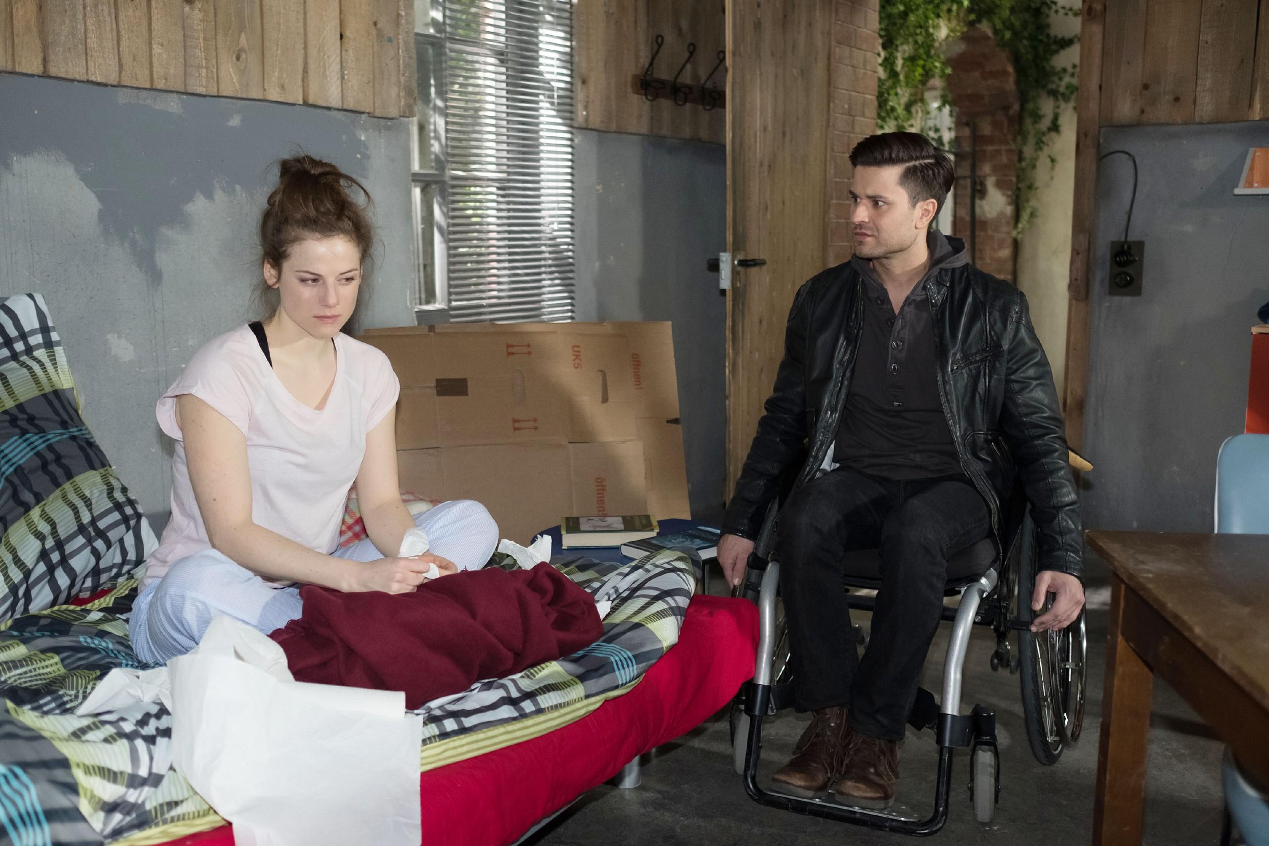 Paco (Milos Vukovic) versichert Elli (Nora Koppen) bewegt, dass er sie über alles liebt und die Beziehung zu ihr niemals aufgeben wird. (Quelle: RTL / Stefan Behrens)