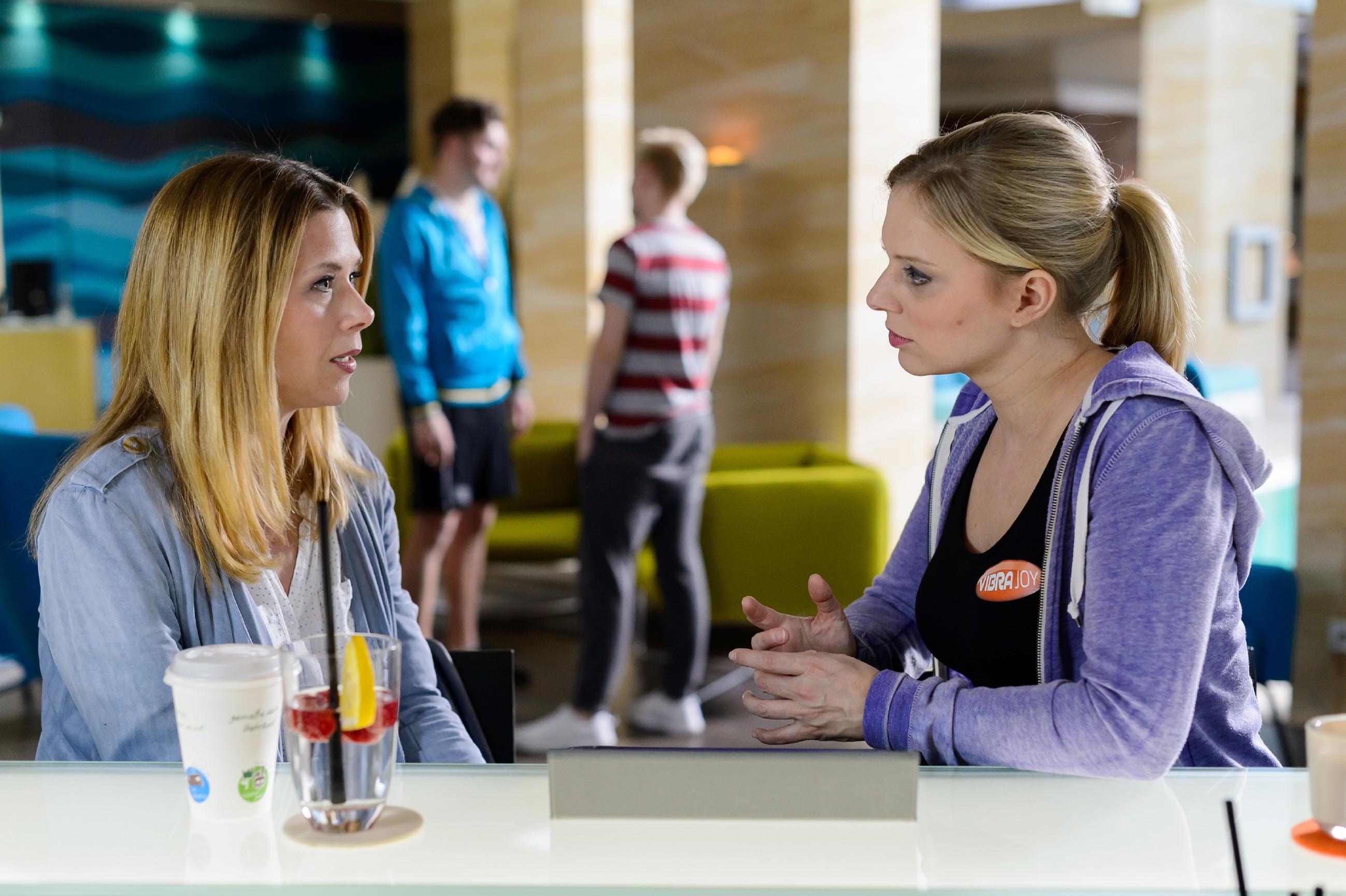 Diana (Tanja Szewczenko, l.) beschleicht wegen ihres Auszugs ein schlechtes Gewissen Lena (Juliette Greco) gegenüber.