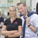 Maren (Eva Mona Rodekirchen) und Alexander (Clemens Löhr) freuen sich über den Erfolg des Kiezfestes.