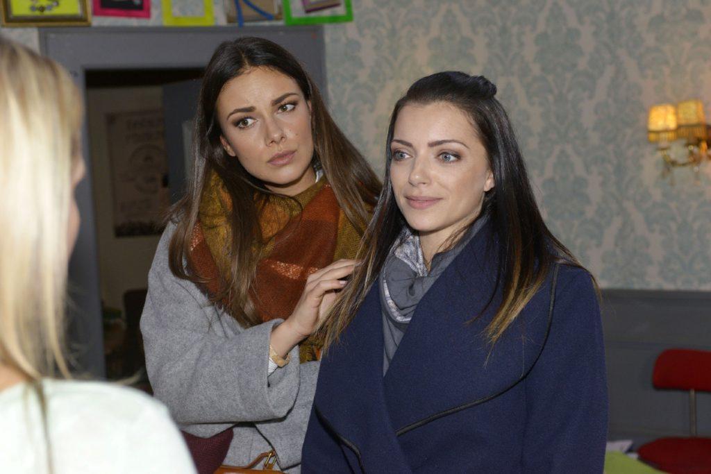 Als Emily (Anne Menden, r.) bei Eva für Paul Partei ergreift, sieht Jasmin (Janina Uhse) sich bestätigt, dass da was geht...