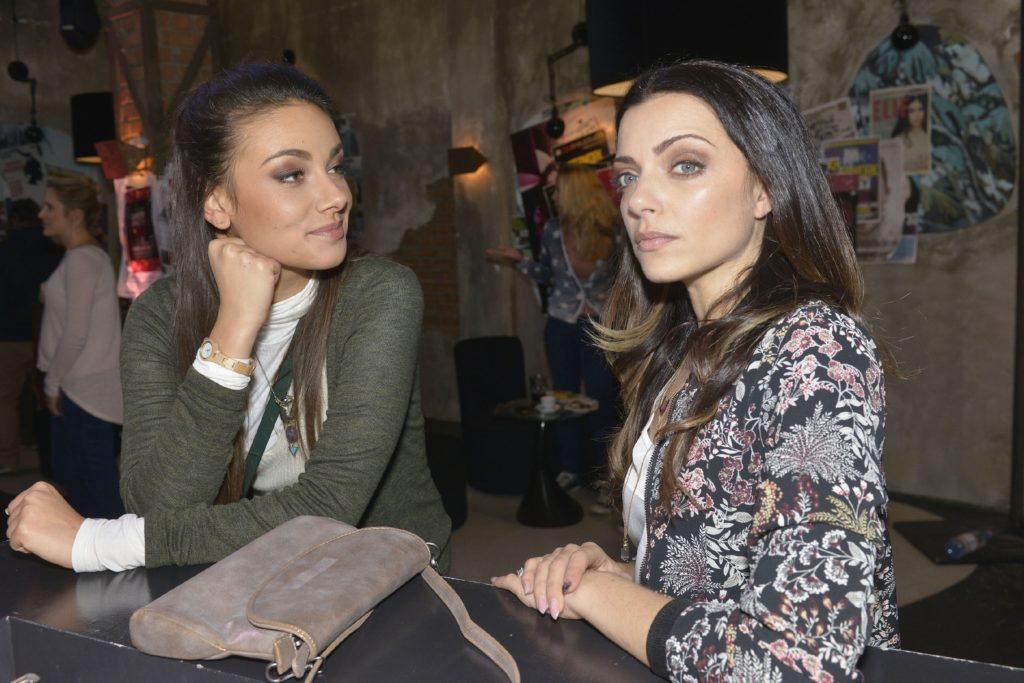 Jasmin (Janina Uhse, l.) bemerkt, dass Emily (Anne Menden) über den offenbar erfolgreichen Kuppelversuch nicht sonderlich glücklich ist.