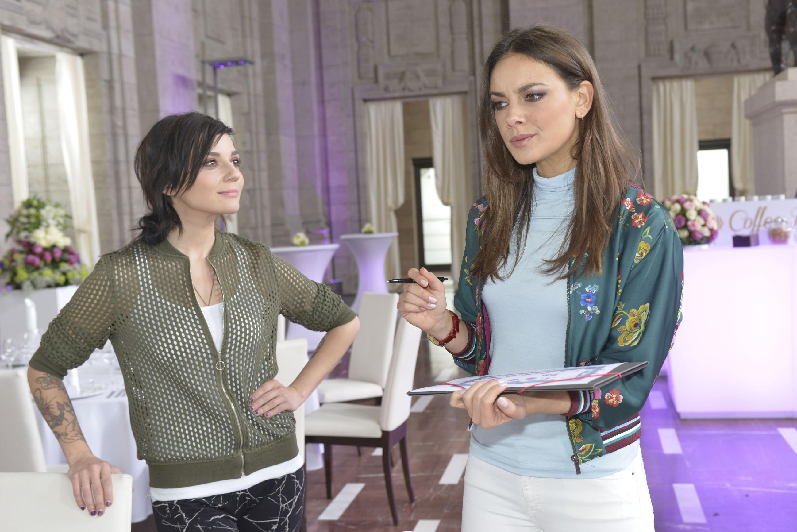 Anni (Linda Marlen Runge, l.) verschweigt Jasmin (Janina Uhse) den wahren Grund, warum Chris Felix entführt hat.