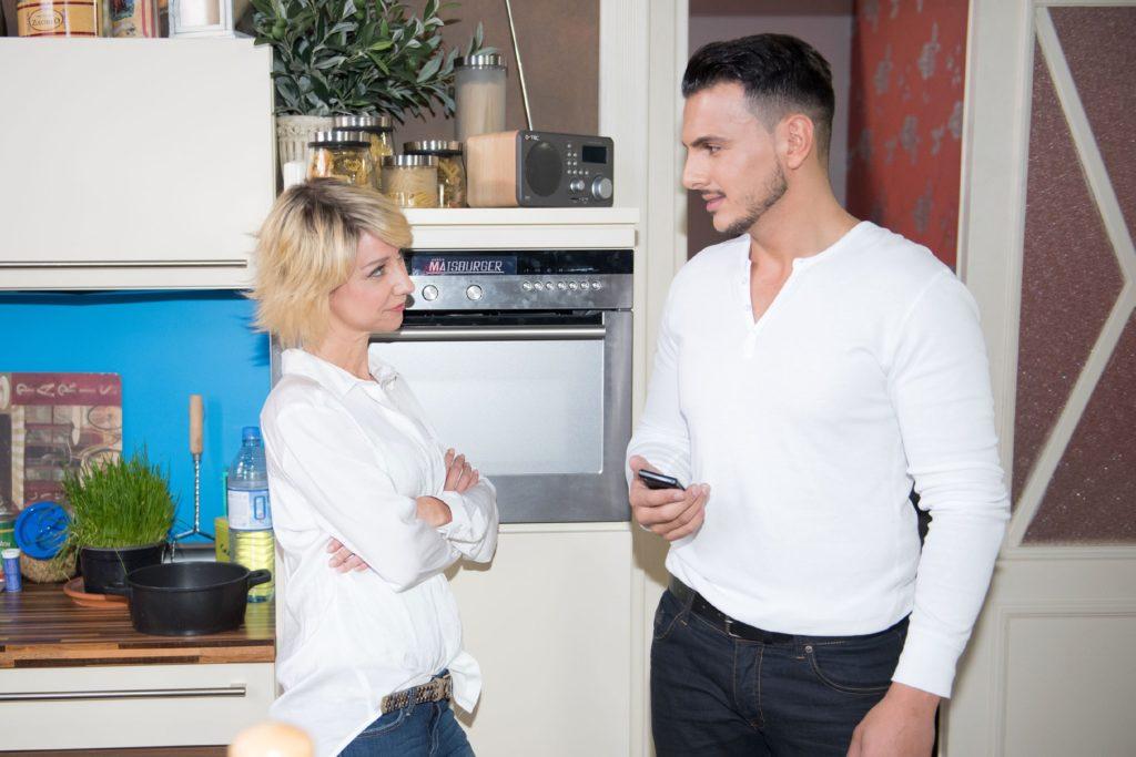 Ute (Isabell Hertel) lässt sich nach dem Sex arglos auf ein Dinner-Date mit Nikos (Cronis Karakassidis) ein.