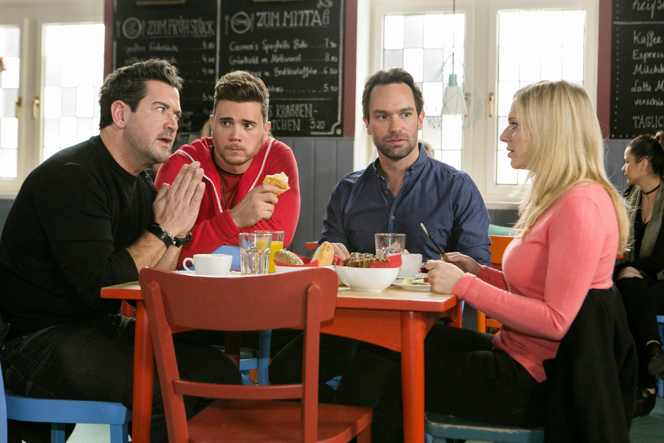 Ronny (Bela Klentze, 2.v.l.) zeigt sich beim Essen mit Marian (Sam Eisenstein, l.), Thomas (Daniel Brockhaus) und Lena (Juliette Greco) wild entschlossen, für Michelle alles zu geben. (Quelle: RTL / Stefan Behrens)