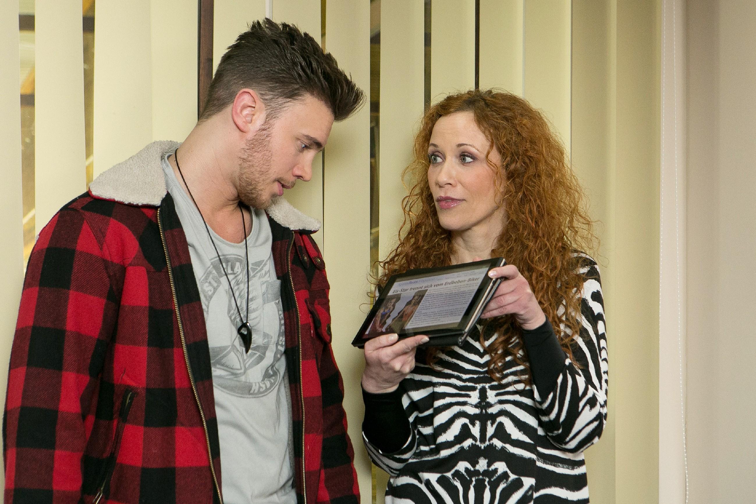 Als Brigitte (Madlen Kaniuth) ihm die Pressemeldung bezüglich Michelles Trennung von Tim zeigt, ist Ronny (Bela Klentze) noch entschlossener, den Kraftpaket-Wettbewerb zu gewinnen. (Quelle: RTL / Stefan Behrens)