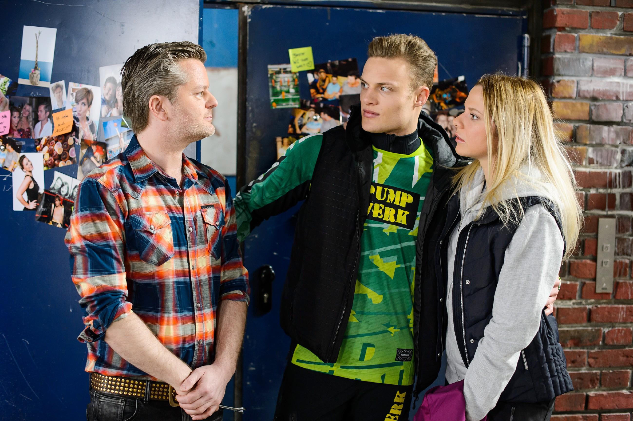Marie (Cheyenne Pahde) verheimlicht vor Ingo (André Dietz, l.) ihren Sturz mit Tims (Robert Maaser) Bike. (Quelle: RTL / Stefan Behrens)