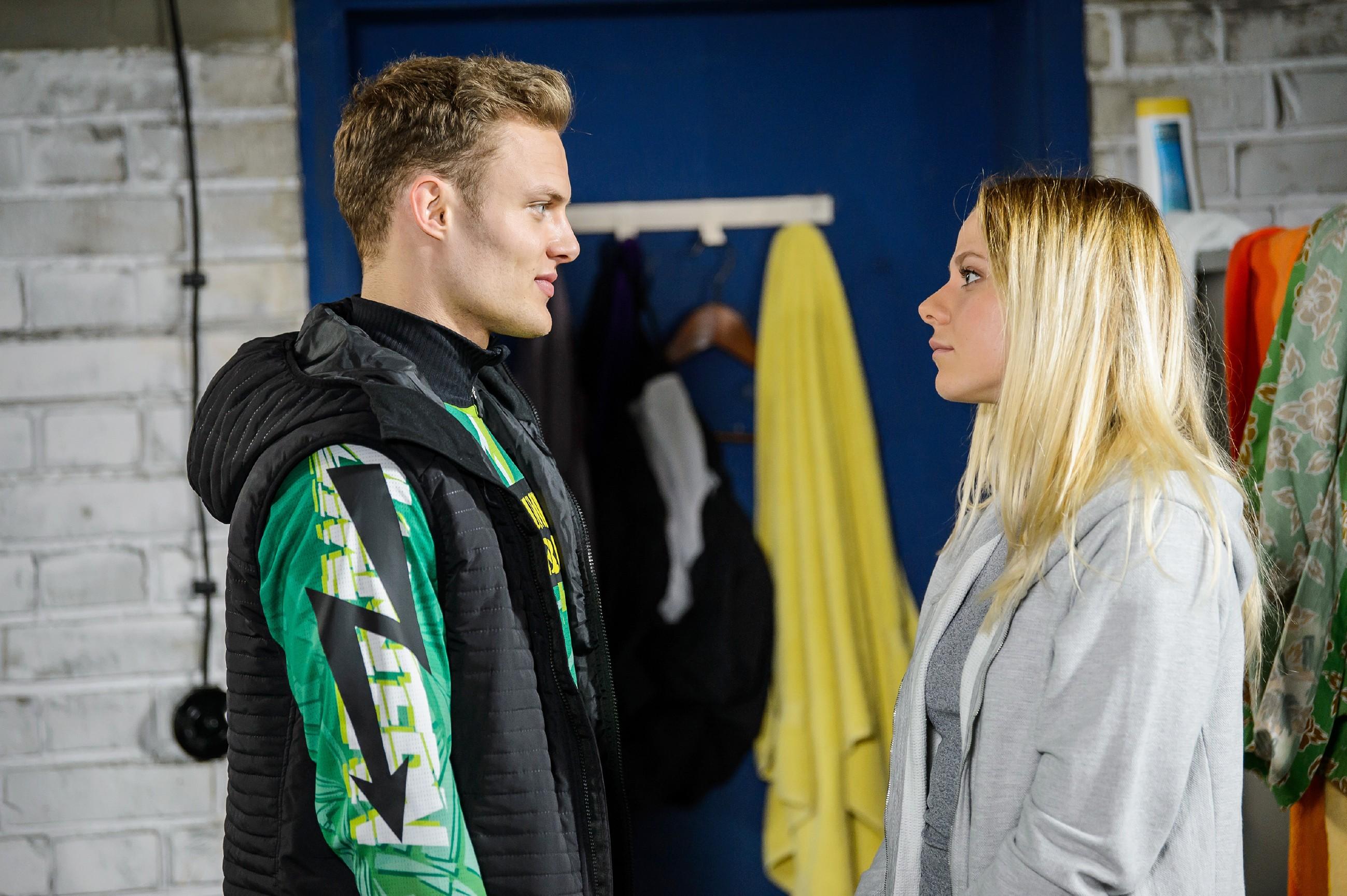 Marie (Cheyenne Pahde) gibt vor, außer dem One Night Stand kein Interesse an Tim (Robert Maaser) zu haben. (Quelle: RTL / Stefan Behrens)