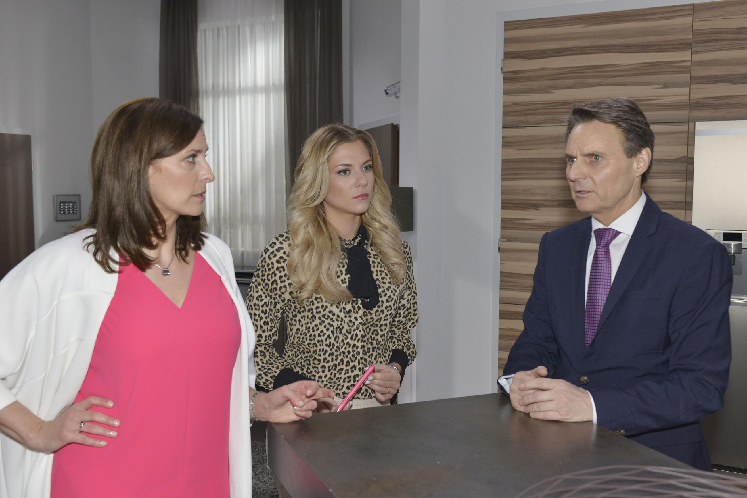 Katrin (Ulrike Frank, l.), Sunny (Valentina Pahde) und Jo Gerner (Wolfgang Bahro) können sich Felix' plötzliches Verschwinden nicht erklären. (Quelle: RTL / Rolf Baumgartner)