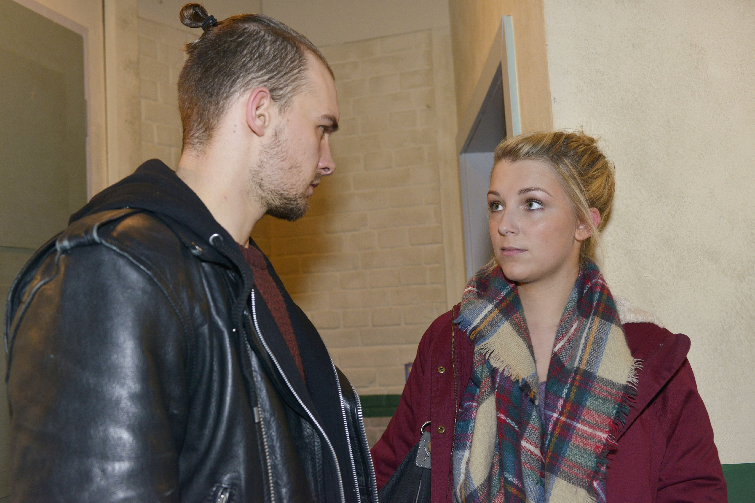 Chris (Eric Stehfest) ist sich sicher, dass die Polizei ihn sucht und hofft, dass er sich bei Lilly (Iris Mareike Steen) verstecken kann. (Quelle: RTL / Rolf Baumgartner)