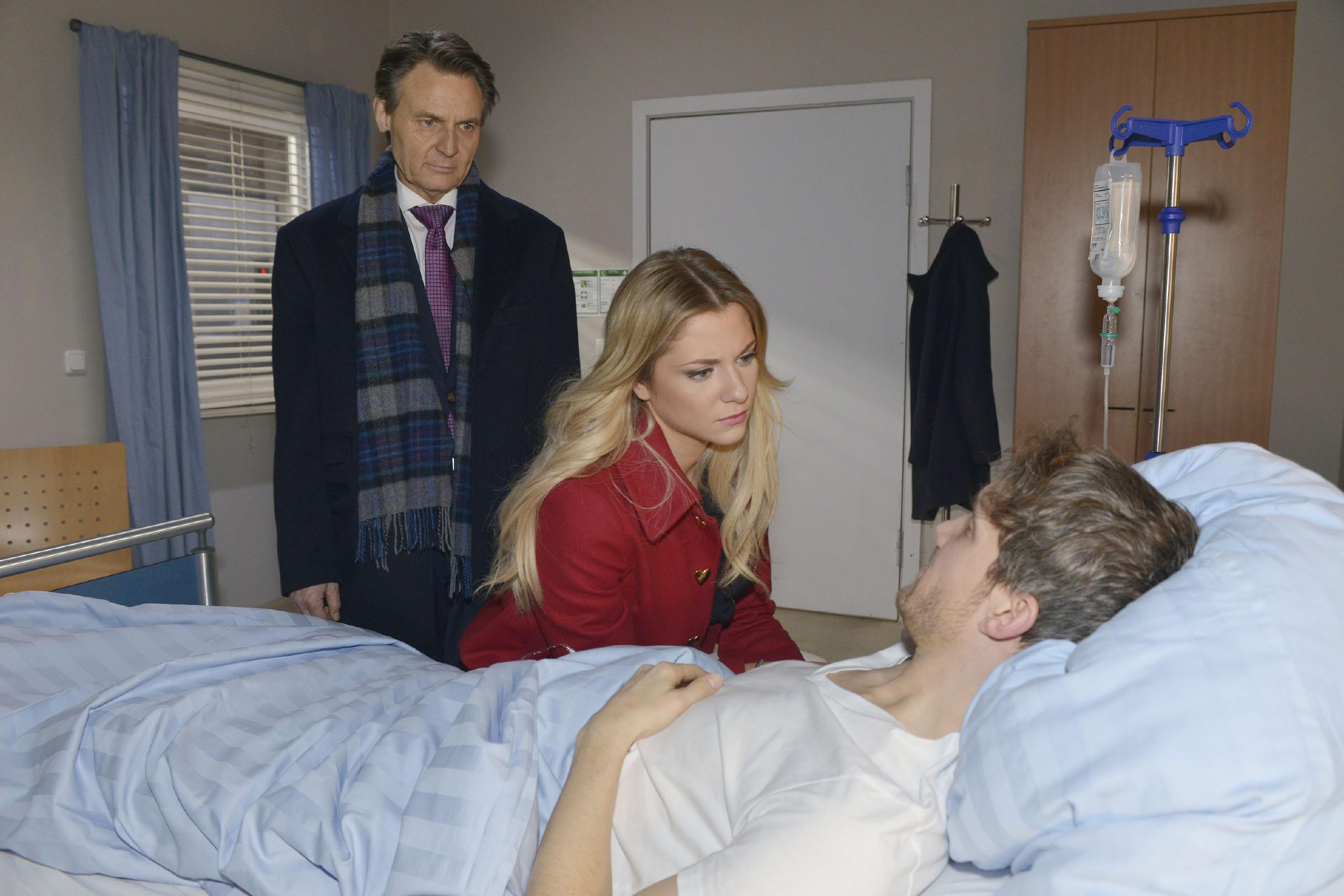 Felix (Thaddäus Meilinger, r.) behauptet vor Jo Gerner (Wolfgang Bahro) und Sunny (Valentina Pahde), dass er von Chris entführt wurde, weil dieser die Hochzeit verhindern will. (Quelle: RTL / Rolf Baumgartner)
